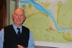 Cees de Ranitz voor een kaart van het Onverdeelde Munnikeveen